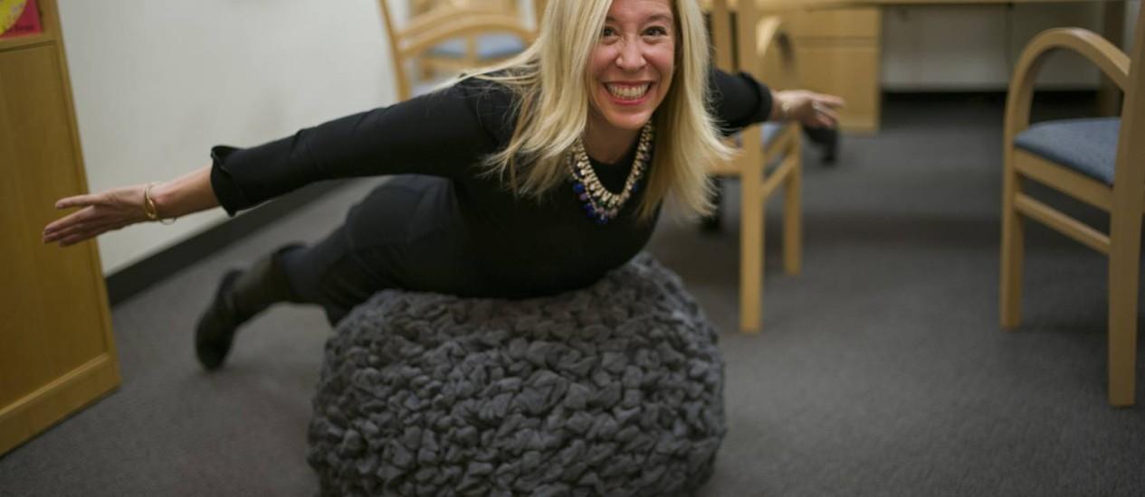 Para quem passa muito tempo no escritório, fazer exercício durante a jornada de trabalho é uma boa maneira de cuidar da saúde Foto: ROBERT CAPLIN / NYT