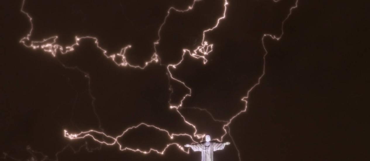 Raios em volta do Cristo Redentor durante o temporal de quinta-feira Foto: Yasuyoshi Chiba / AFP