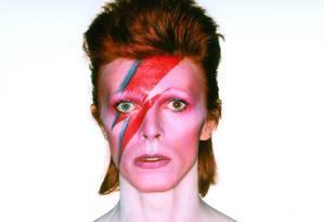 """Ícone. Bowie em uma de suas imagens mais emblemáticas, fotografado para o álbum """"Aladdin Sane"""", em 1973 Foto: Divulgação/Brian Duffy"""