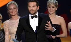 Bradley Cooper agradece o prêmio de melhor elenco do SAG Awards observado Elisabeth Rohm e Jennifer Lawrence Foto: KEVORK DJANSEZIAN / AFP
