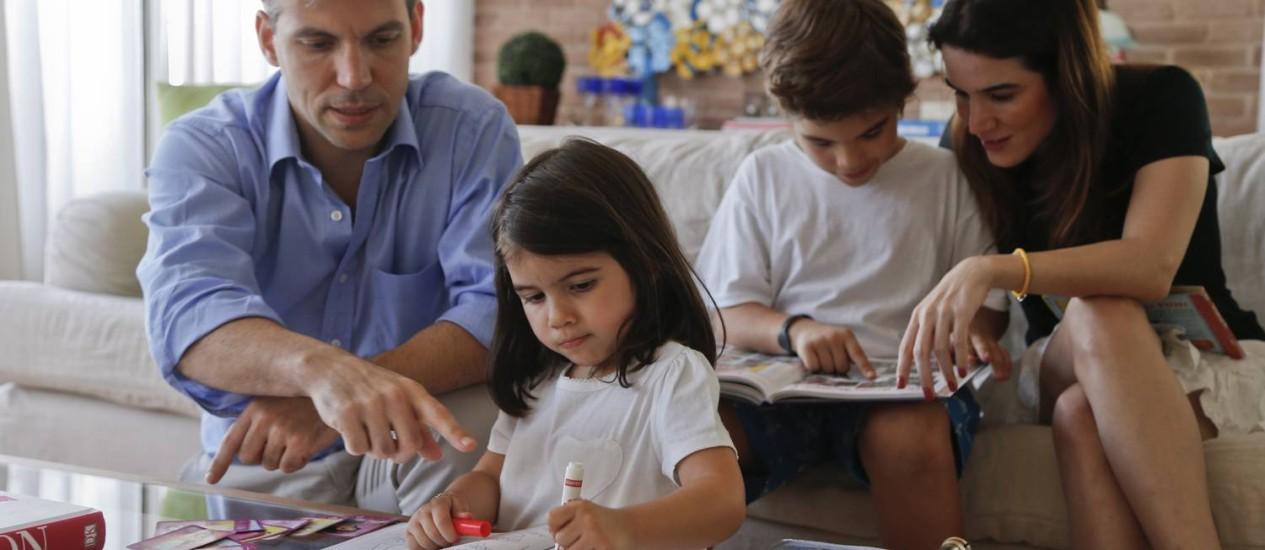 Cesario André e Isabel Buffara com os filhos Vitoria, de 4 anos, e Felipe, de 8 anos, que estudam na Escola Americana Foto: Guito Moreto / Agência O Globo