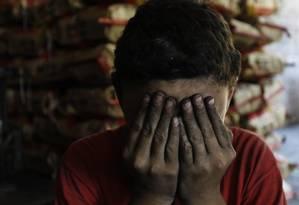 Além de empregar menores de idade, empresas não cumprem normas de segurança, como luvas e máscaras Foto: Michel Filho / Agência O Globo