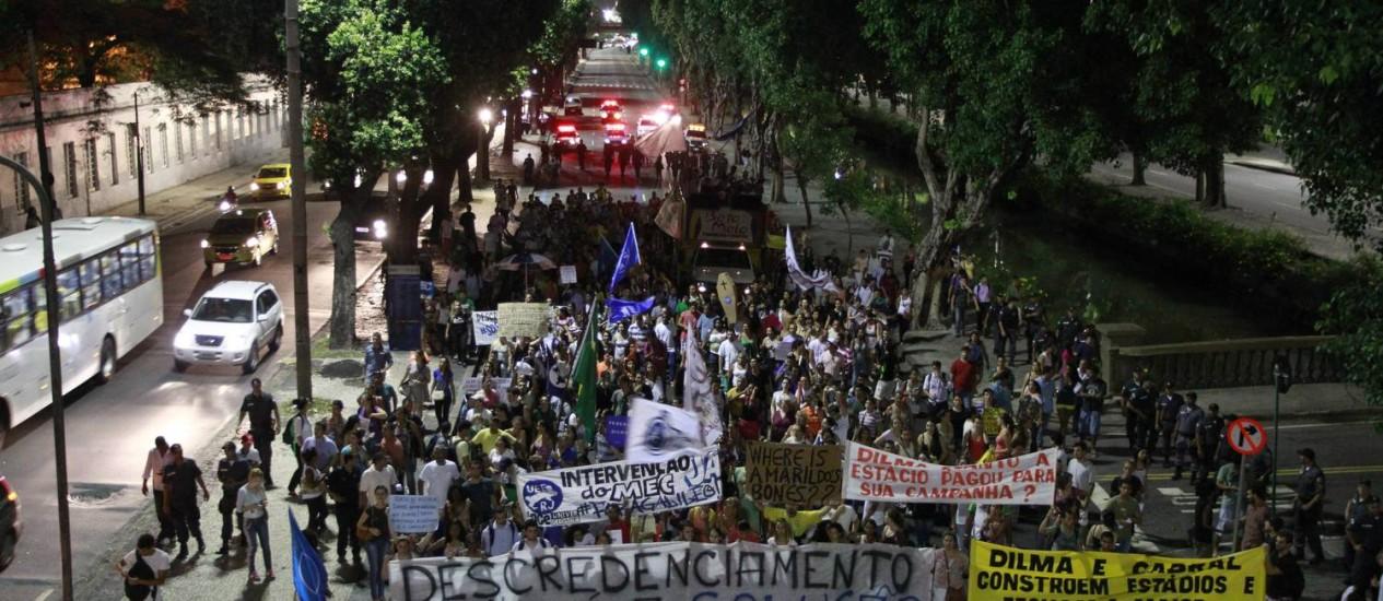 No Rio, estudantes e professores protestaram contra o descredenciamento da Gama Filho e da UniverCidade - Foto: Domingos Peixoto / Agência O Globo