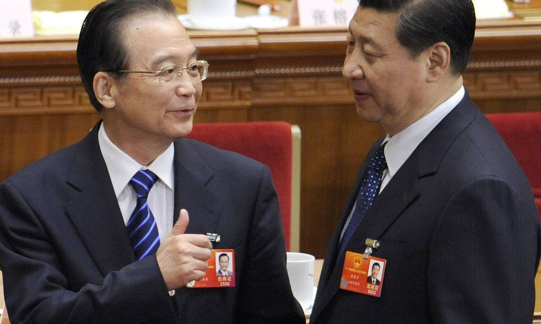 Corrupção. O então premier Wen Jiabao (esquerda) conversa com o futuro presidente Xi Jinping em 2012: familiares de dirigentes usaram paraísos fiscais Foto: LIU JIN / AFP/11-3-2012