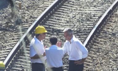 Ex-secretário estadual de Transportes Julio Lopes ri com engenheiros da SuperVia Foto: Gabriel de Paiva / O Globo/Arquivo