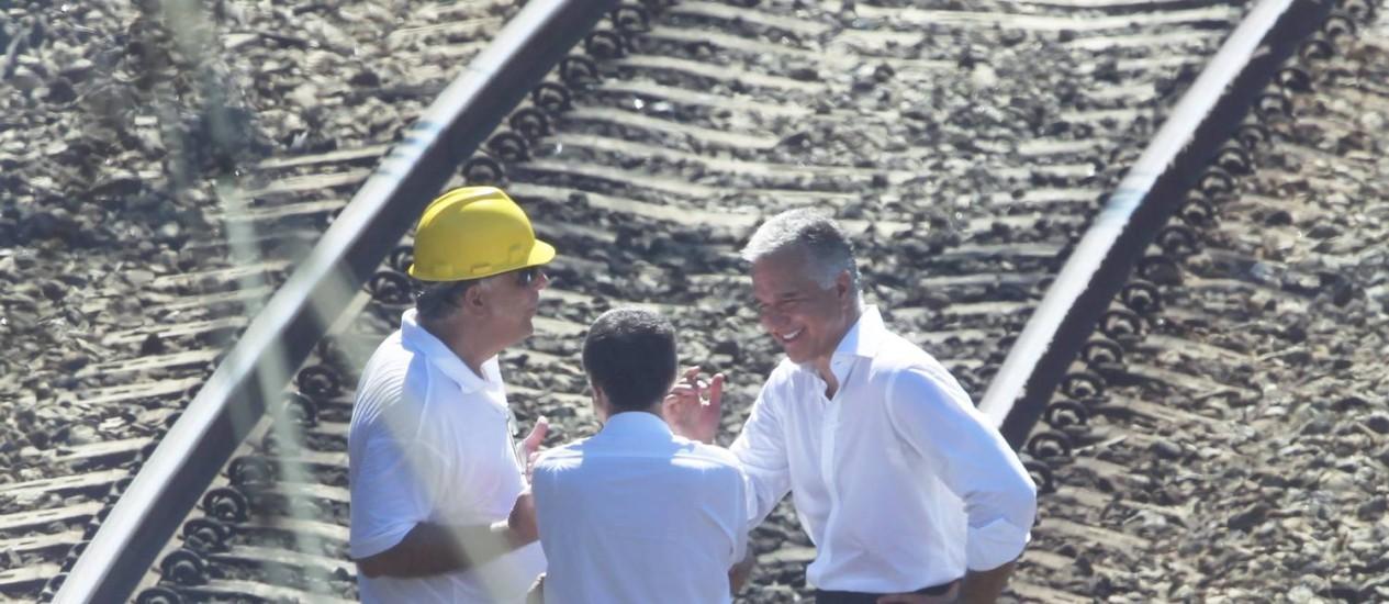 Secretário estadual de Transportes, Júlio Lopes, ri com representantes da SuperVia durante visita ao local onde ocorreu o descarrilamento de trem que afetou milhares no Rio Foto: Gabriel de Paiva / Agência O Globo