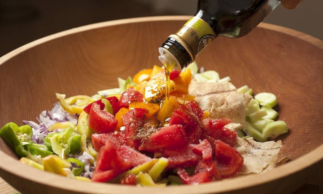 Dieta mediterrânea, rica em azeite, traz benefícios para a saúde que vão desde a prevenção de problemas cardiovasculares a menor incidência de diabetes Foto: KARSTEN MORAN / NYT