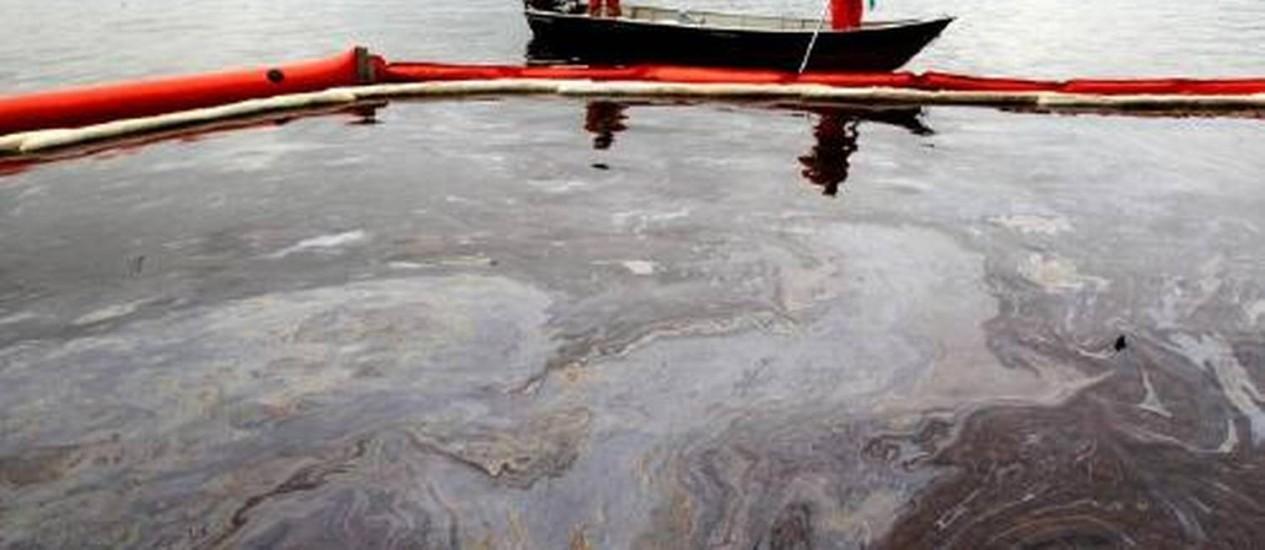 Resultado de imagem para vazamento de oleo no lago paranoa