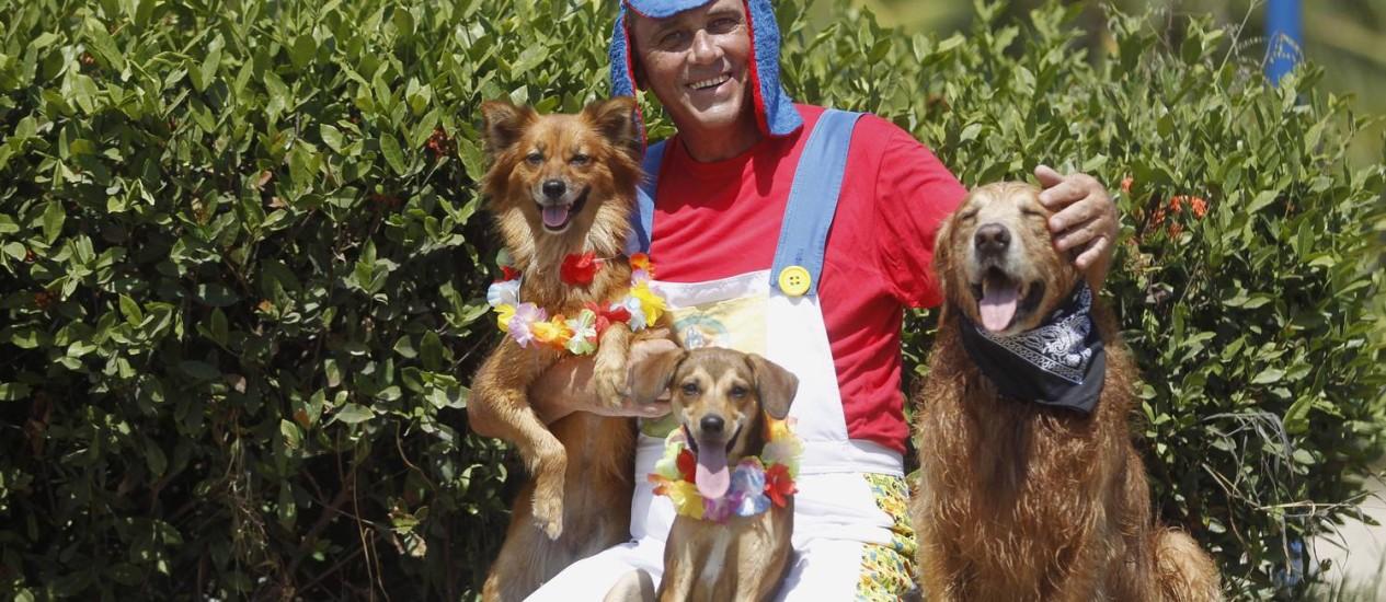 Marco Antônio e seus cães estão animados para curtirem o Carnaval Foto: Márcio Alves