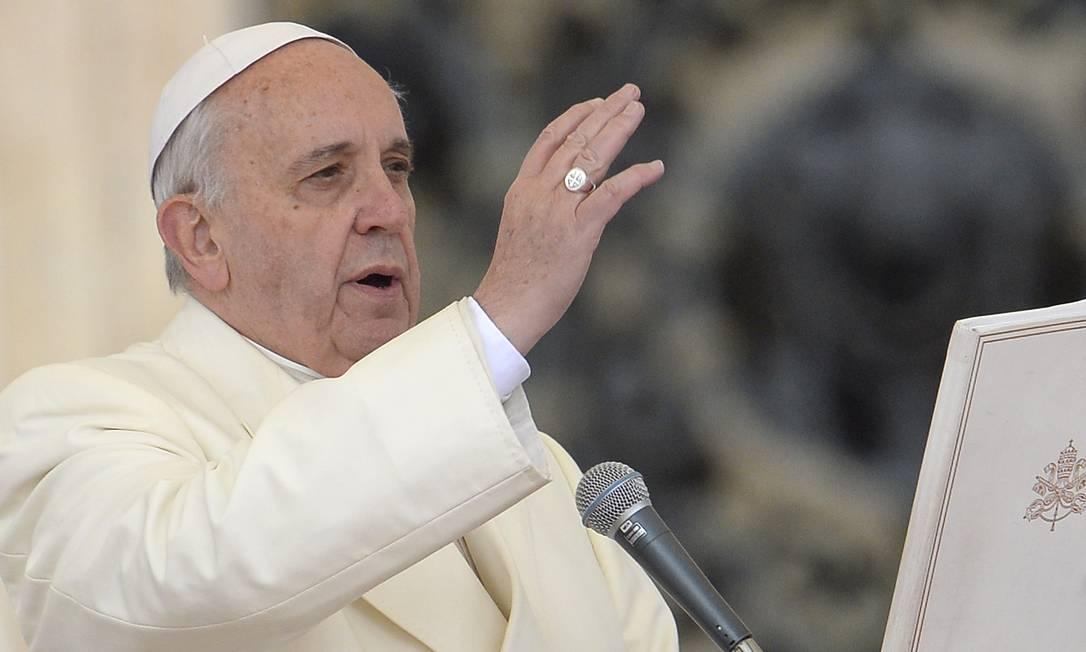 Papa Francisco abençoa multidão durante audiência geral na Praça de São Pedro Foto: ANDREAS SOLARO / AFP