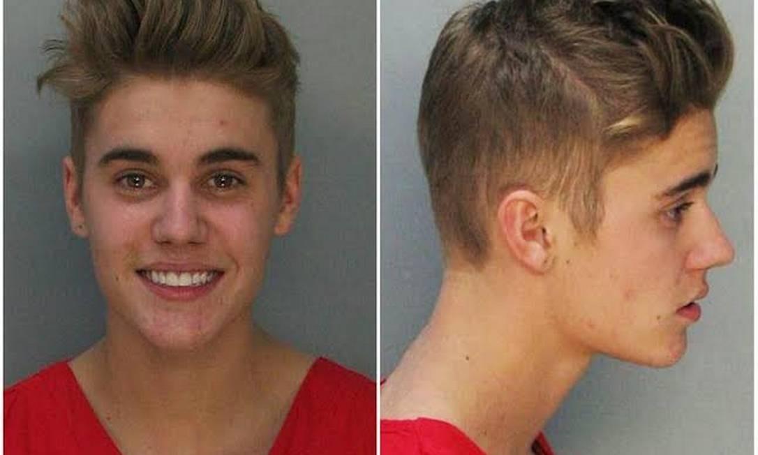 Justin Bieber sorri ao posar para a foto da sua ficha policial em Miami Foto: AP