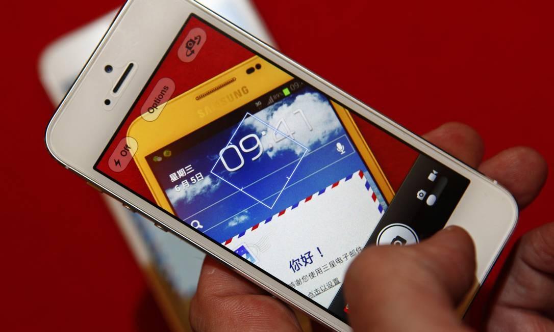 iPhone 5 usado para fotografar o Galaxy Note, da Samsung, que já oferece tela avantajada Foto: BARRY HUANG / REUTERS