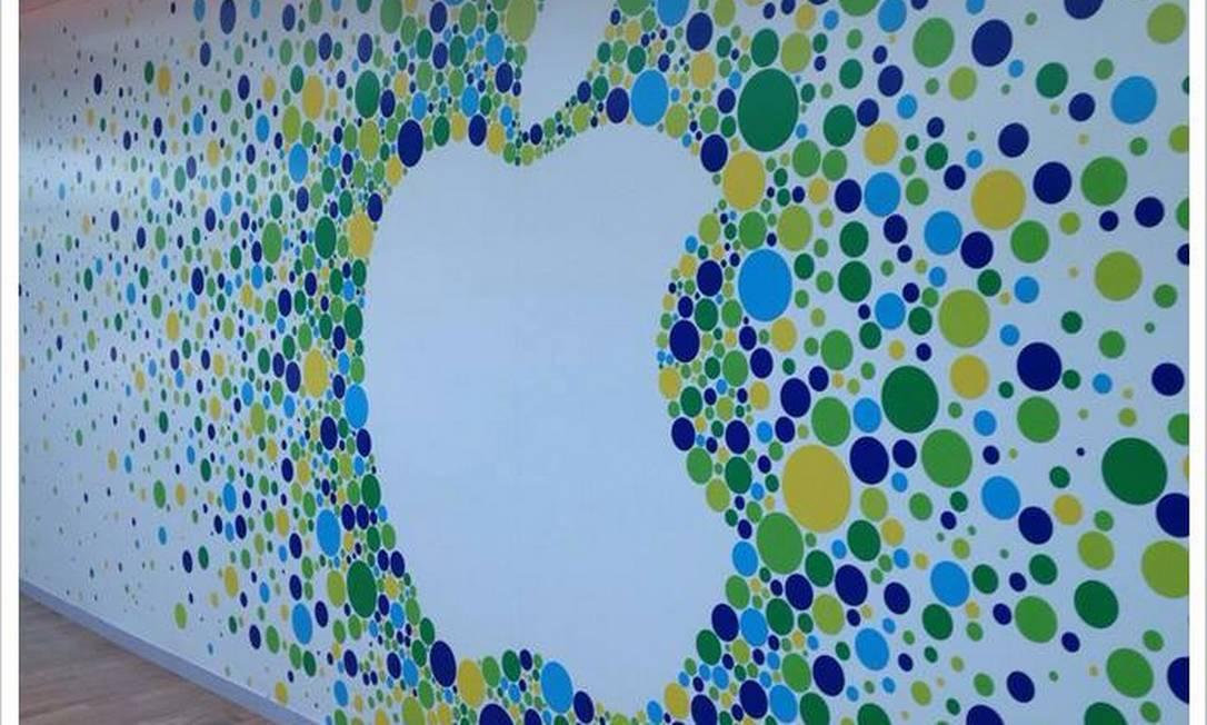Tapume afixado no espaço onde ficará a Apple Store no shopping Village Mall Foto: Reprodução