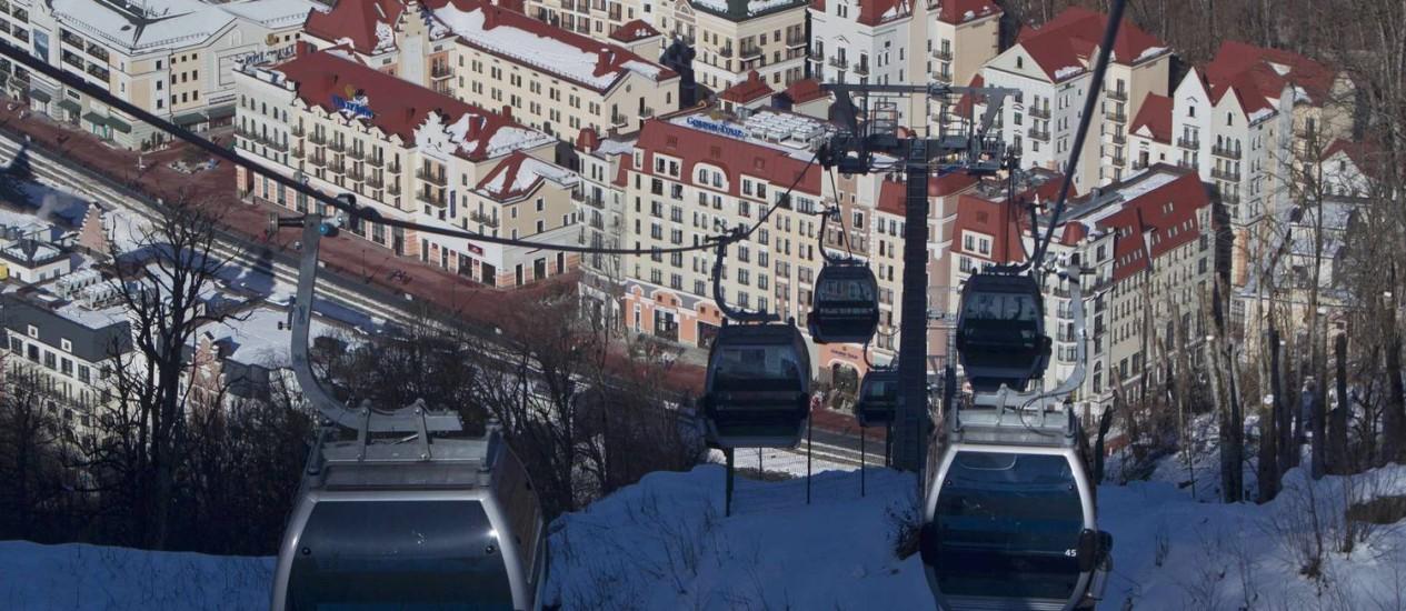 Os bondinhos da estação de esqui de Rosa Khutor, nos arredores de Sochi, que receberá as Olimpíadas de Inverno Foto: Ivan Sekretarev / AP