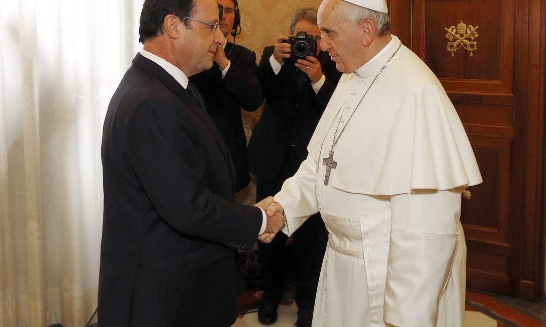 Papa Francisco e o presidente francês, François Hollande, se cumprimentam no Vaticano Foto: MAX ROSSI / REUTERS