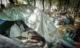 Athieng com a filha Nyarang em uma tenda no centro de trânsito de Dzaipi
