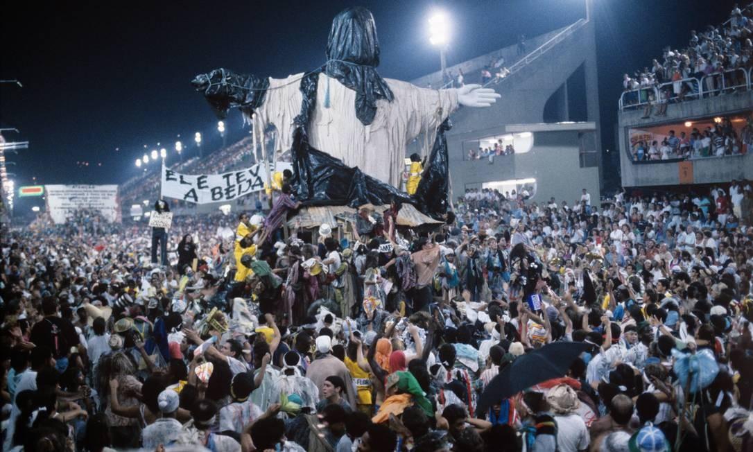 """O emblemático Cristo coberto, no desfile da Beija-Flor de 1989: """"Ratos e urubus, larguem minha fantasia!"""" completa 25 anos Foto: Cezar Loureiro / Agência O Globo"""