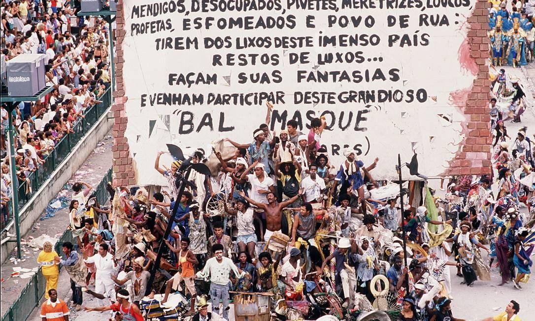 """07.02.1989 - Ricardo Leoni - RI - Desfile da Escola de Samba """"Beija-Flor de Nilópolis"""", com o enredo """"Ratos e Urubus, Larguem Minha Fantasia"""" - Cromo 89-0621 Publicada em 08.02.1989 Foto: Ricardo Leoni / Agência O Globo"""