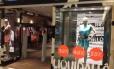 Vitrine de loja em Buenos Aires anuncia liquidação de até 50% no valor