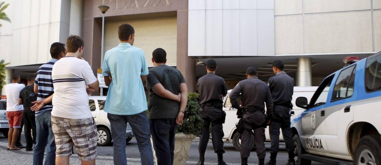 Com rolezinho marcado, segurança é reforçada no Plaza shopping, em Niterói Foto: Gustavo Stephan / Agência O Globo