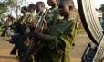 Meninos empunham armas num campo de treinamento militar perto da cidade de Bunia, na República Democrática do Congo (RDC), na África: as crianças-soldados são um dos maiores dramas dos conflitos no continente