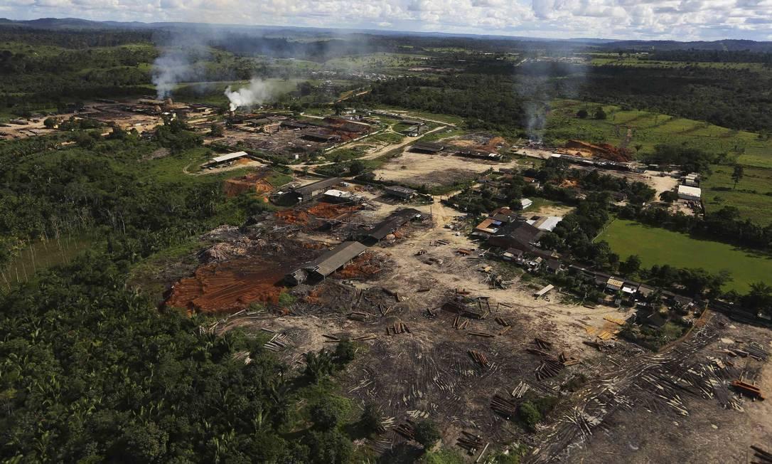 Sobrecarga. Serraria clandestina no Pará: em média, cada um dos 3.200 agentes dos órgãos que fiscalizam unidades de conservação federais e terras indígenas (Ibama, Funai e ICMBio) cobre área igual à metade da cidade do Rio Foto: NACHO DOCE / Reuters / 23-4-2013