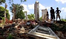 Crianças brincam entre os escombros de casas demolidas nas imediações do Campus Fidei Foto: Marcelo Piu / Agência O Globo