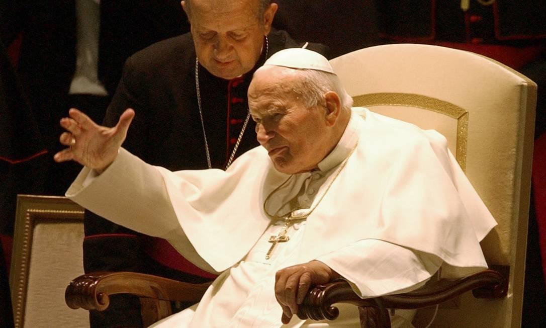 Papa João Paulo II em outubro de 2003 ao lado do arcebispo Stanislaw Dziwisz no Vaticano Foto: PLINIO LEPRI / AP