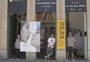 União. A artista plástica Delfina Renck, Adil Tiscatti, sócio do Cine Santa Teresa, e o diretor de arte DJ Zod: arte em rede Foto: Freelancer / Bia Guedes