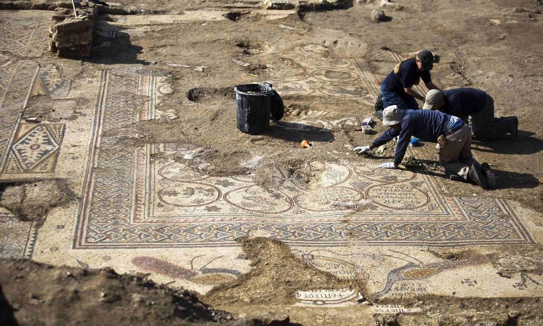 Escavação onde um mosaico no piso de uma igreja bizantina foi encontrado Foto: AMIR COHEN / REUTERS