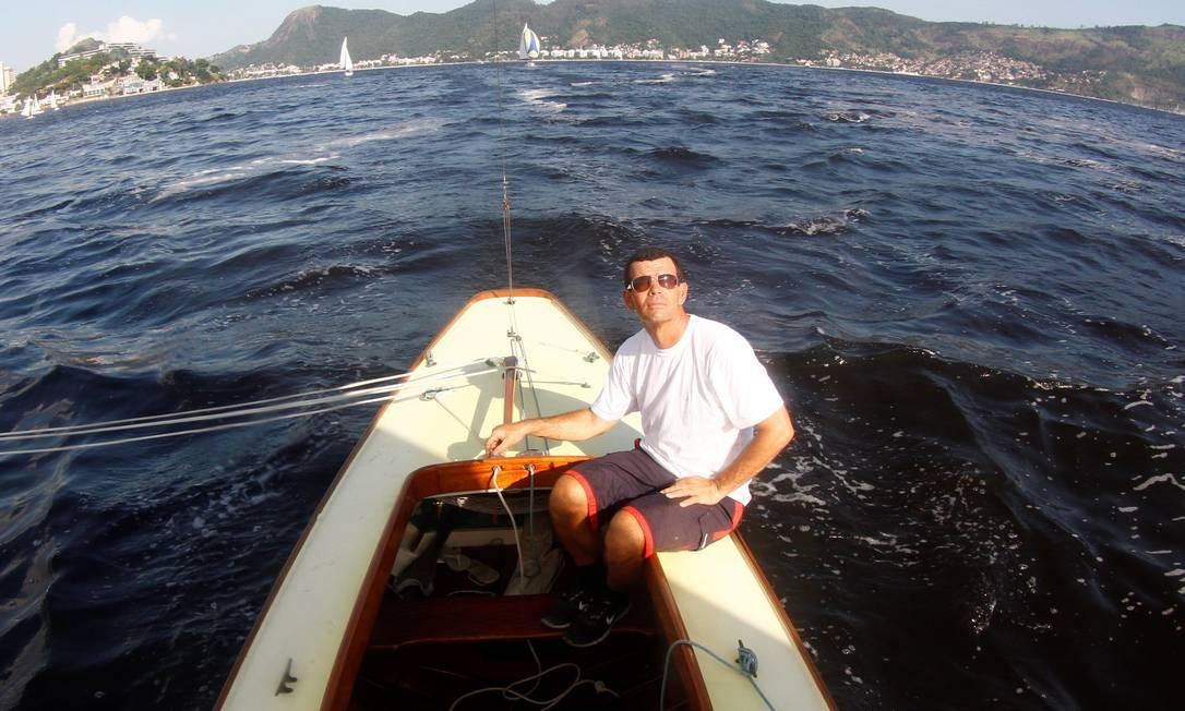 Para Torben, que se deparou com um cone de trânsito boiando na semana retrasada durante uma regata, o lixo da Baía de Guanabara, que ameaça a performance dos barcos e atletas, pode decidir uma medalha nos Jogos de 2016 Foto: Marcelo Piu / Agência O Globo