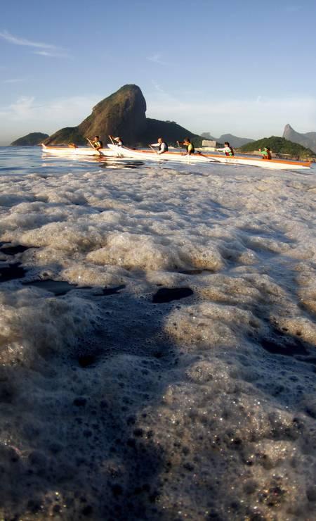 Durante o verão, a espuma decorrente da proliferação da algas, que se multiplicam com ajuda do esgoto, aparece com frequência na rota das canoas havaianas Foto: Marcelo Piu / Agência O Globo