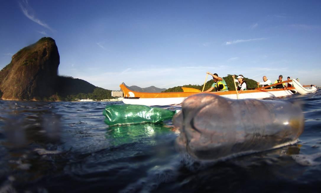 Garrafas de plástico mancham um dos cartões postais do Rio: canoas já encalharam em ilhas de sujeira flutuante Foto: Marcelo Piu / Agência O Globo