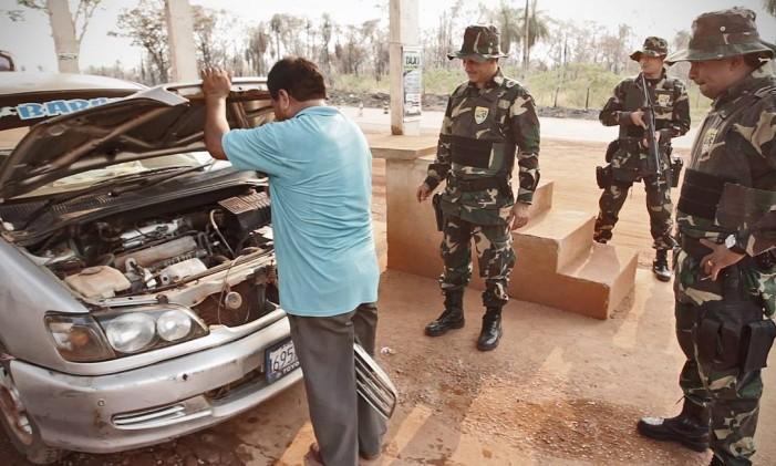 Policiais do Grupamento Especial de Fronteira inspecionam veículo boliviano prestes a deixar o país Foto: O Globo / André Coelho