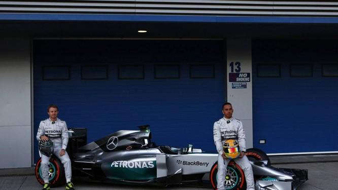 Nico Rosberg e Lewis Hamilton com o Mercedes W05 em Jerez de la Frontera Foto: Marcelo del Pozo / REUTERS
