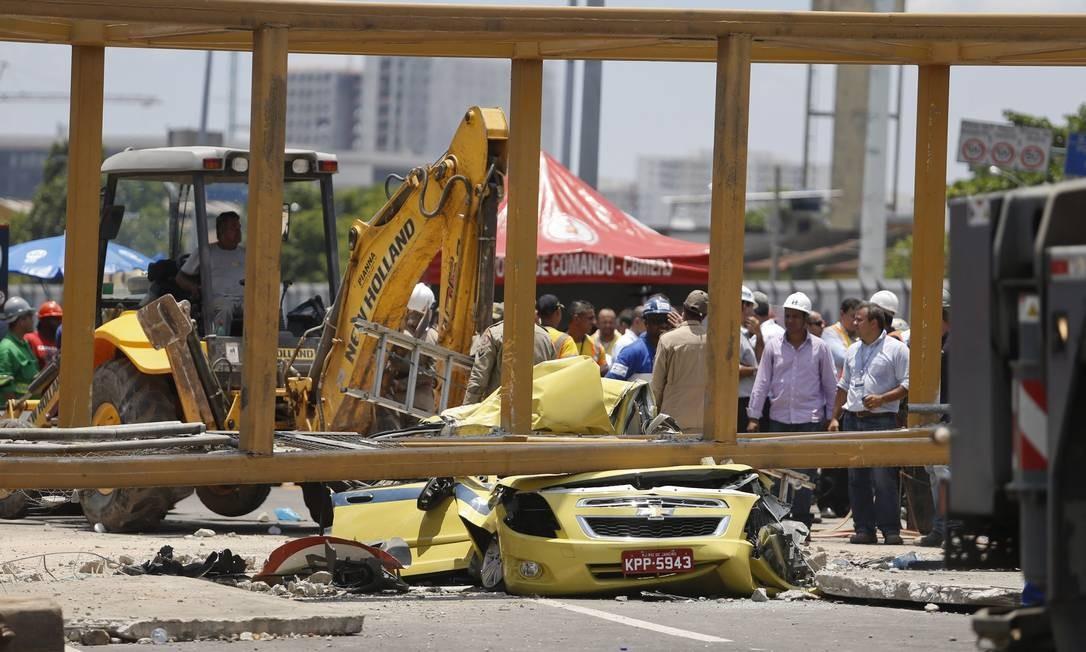 c136974263 Equipe tenta remover o táxi que ficou sob a passarela Foto: Guito Moreto /  Agência