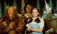 Judy Garland com o Leão, o Homem de Lata e o Espantalho, em cena de 'O mágico de Oz' Foto: Reprodução