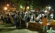 Cercada de bares, a Praça São Salvador, em Laranjeiras, é concorrida à noite