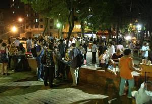 Cercada de bares, a Praça São Salvador, em Laranjeiras, é concorrida à noite Foto: Marcio Alves / Agência O Globo