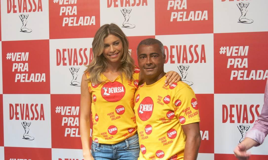 A atriz Grazi Massafera e o ex-jorgador Romário representam a marca Devassa no carnaval 2014 Foto: Agência O Globo / Rodrigo Bertolucci