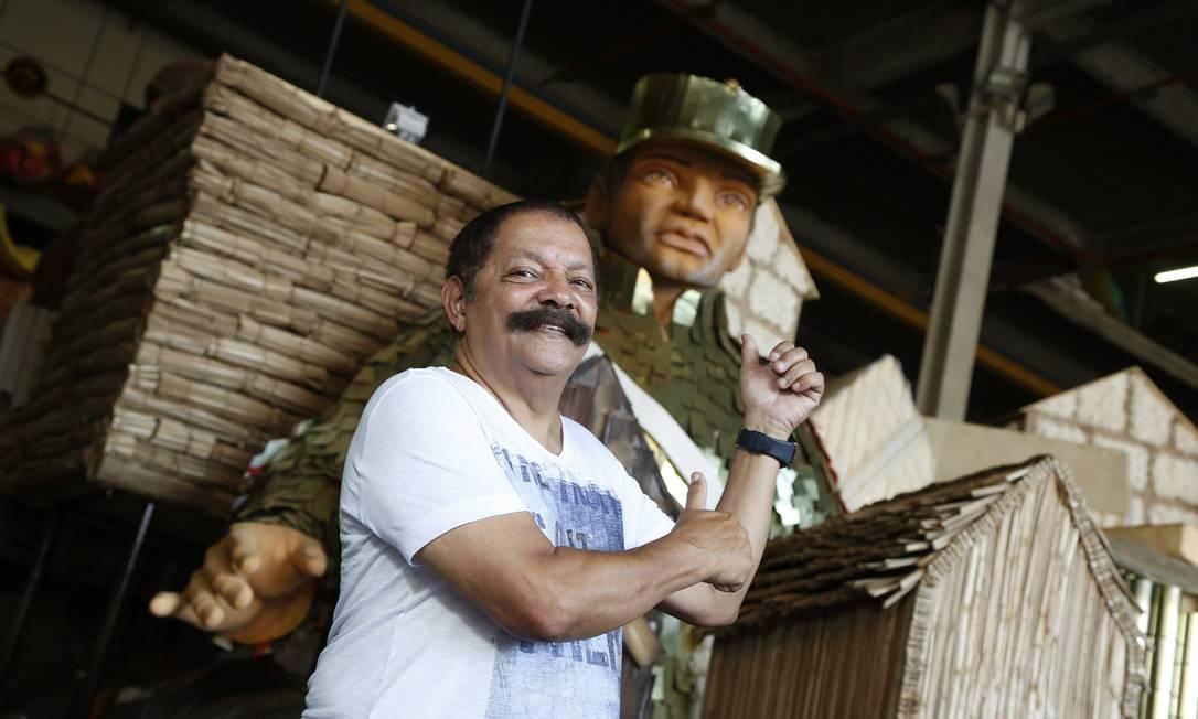 Max Lopes no barracão da São Clemente: escola vai falar sobre favelas Foto: Fabio Rossi