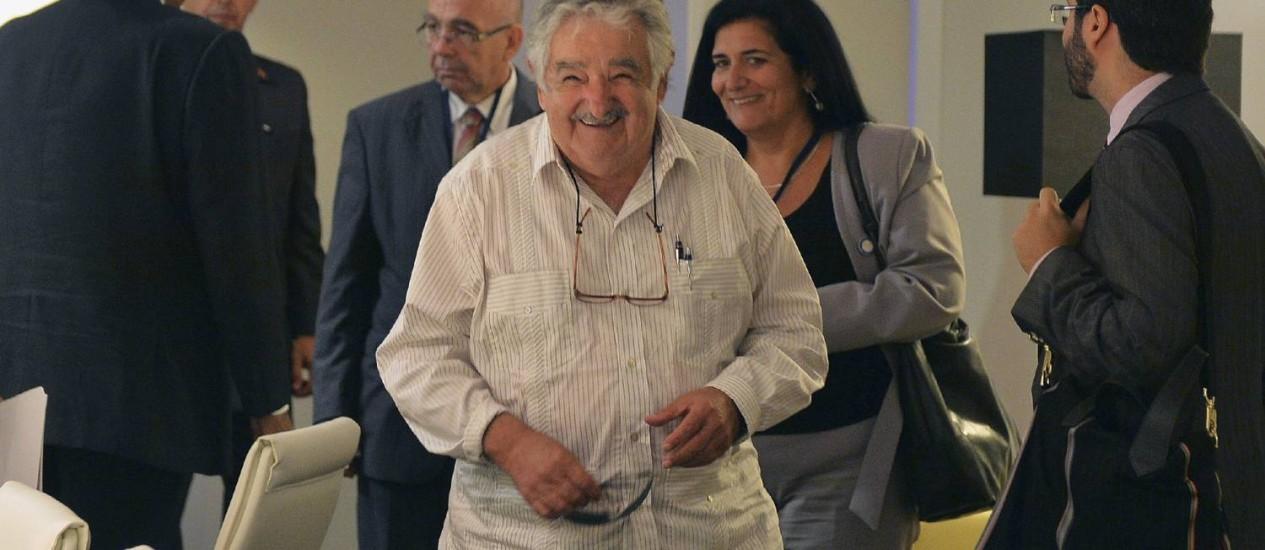 Mujica sorri depois de uma reunião bilateral com o presidente venezuelano, Nicolás Madur (de costas), em Havana Foto: POOL / REUTERS