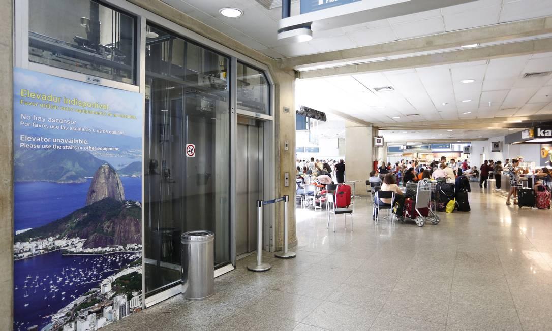 Em manutenção. Um dos elevadores do Terminal 02 do Galeão está parado e só deve voltar a funcionar para a Copa, diz Infraero Foto: Fabio Rossi