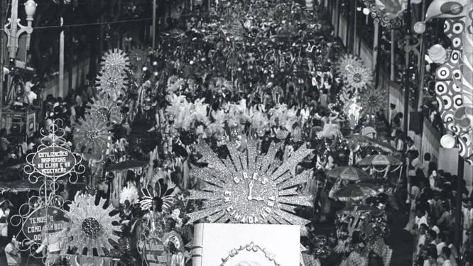 """Desfile da Em Cima da Hora em 1976 com o enredo """"Os sertões"""" Foto: Arquivo O Globo"""