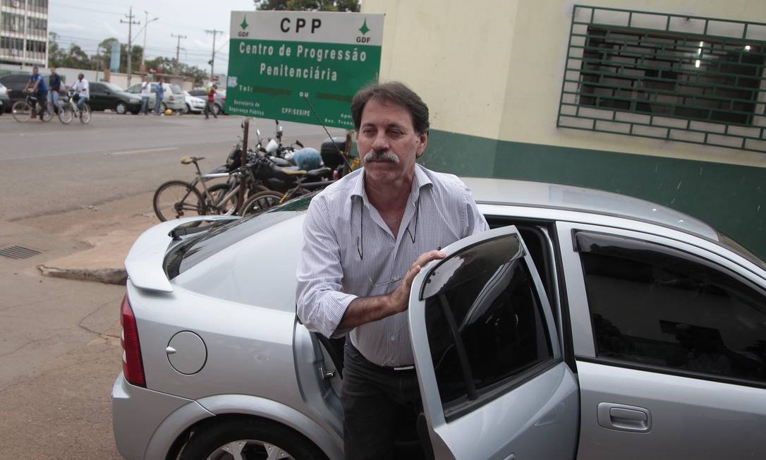 Ex-tesoureiro do PT, Delúbio Soares, deixa o trabalho no escritório da CUT Foto: O Globo / Jorge William