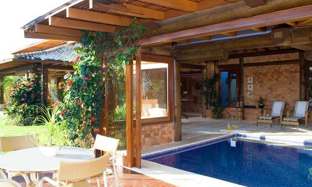 10 piscinas exuberantes para aproveitar o ver o em grande for Estilo de piscina