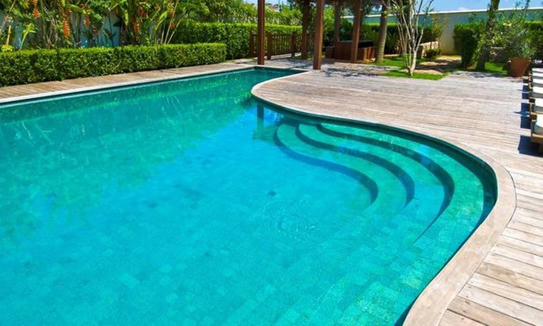 10 piscinas exuberantes para aproveitar o ver o em grande