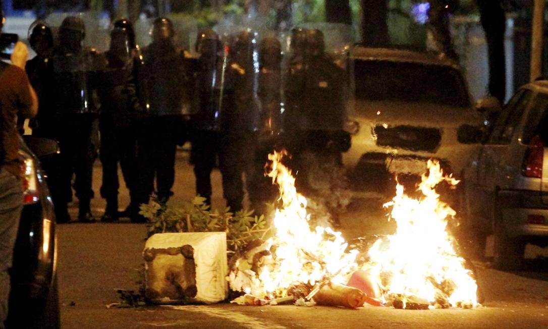 Estudo da FGV mostra o que os policiais pensam a respeito dos black blocs Foto: Marcelo Piu / Arquivo O Globo