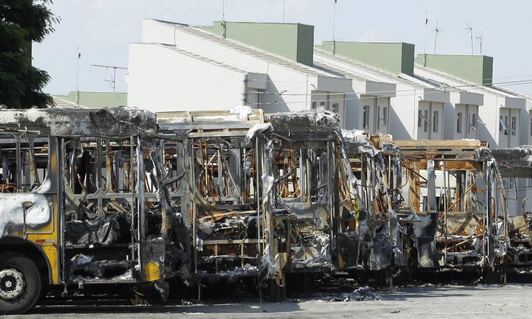 Vários ônibus da Viação Itaim Paulista, na zona leste de São Paulo, queimados. Foto: Michel Filho / 30-01-2014-Agência O Globo