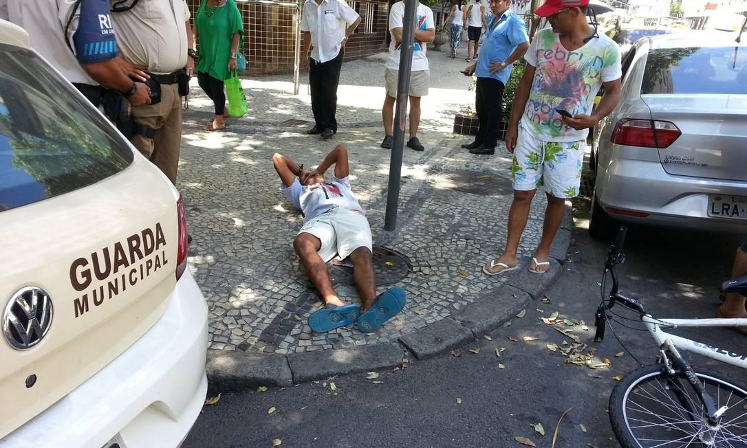 Suspeito foi imobilizado na calçada até a chegada da Guarda Municipal Foto: Elenilce Bottari
